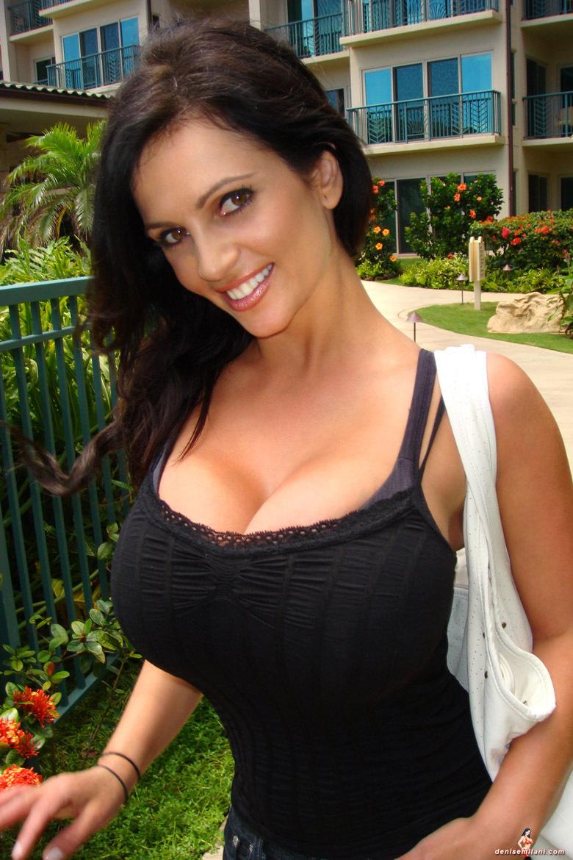 Женской красивая брюнетка с большими буферами